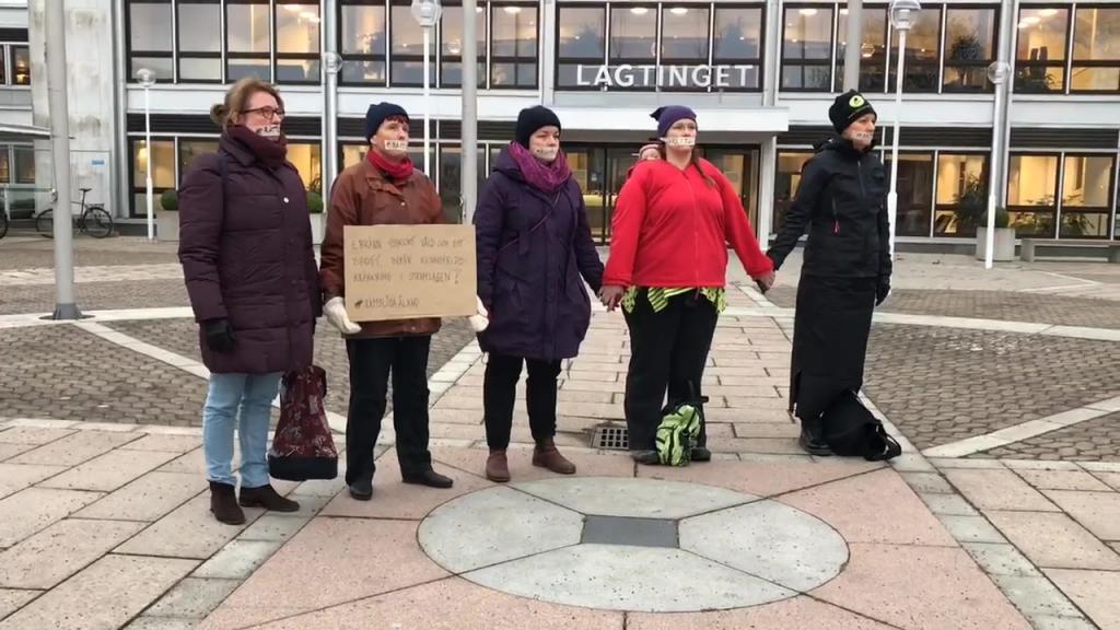 #RättslösaÅland , manifestation mot bemötandet av en våldsutsatta kvinnor