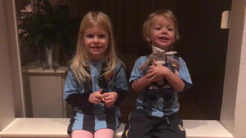 """Två syskon sjunger """"Hey Jude"""" 😍"""